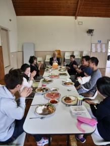 다같이 모여 축하하는 점심